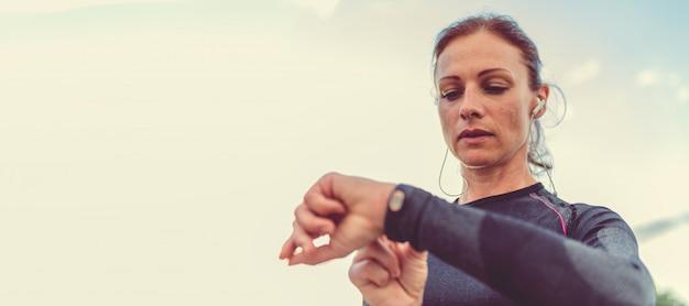 Mujeres comprobando rastreador de fitness