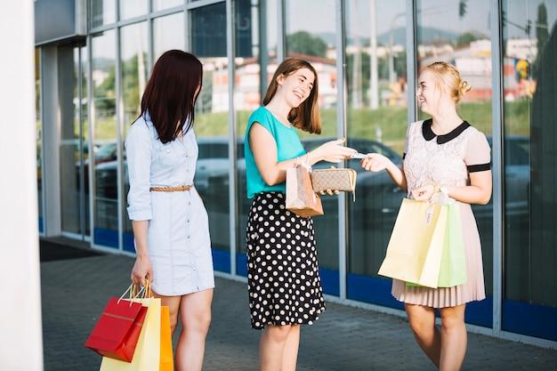 Mujeres con dinero y compras