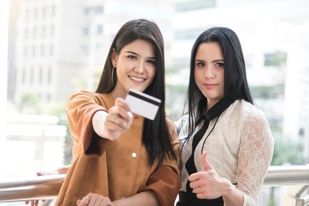 Mujeres con tarjeta de crédito con concepto de compras.