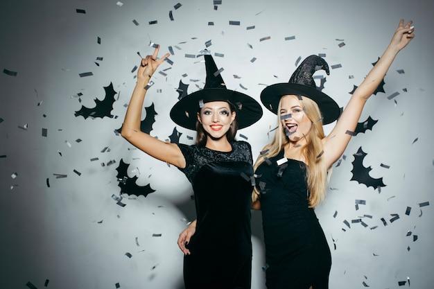 Mujeres en confeti celebrando halloween