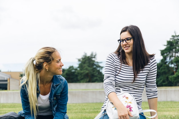 Mujeres conversando en el patio