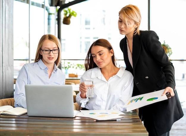 Mujeres corporativas trabajando juntas