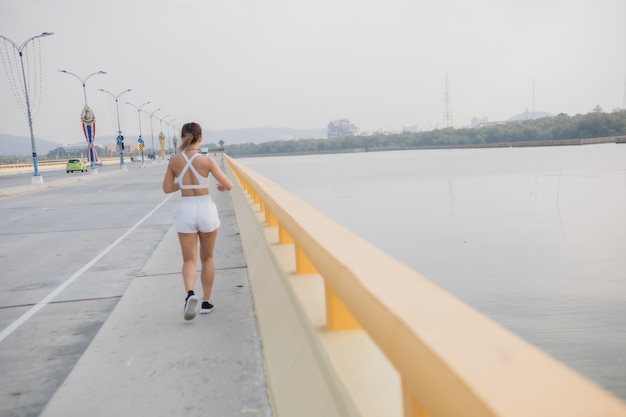 Mujeres corredoras trotar cardio correr entrenamiento de resistencia seguimiento de cámara lenta de cerca para maratón movimiento movimiento entrenamiento entrenamiento ejercicio saludable en el camino recreación deportiva
