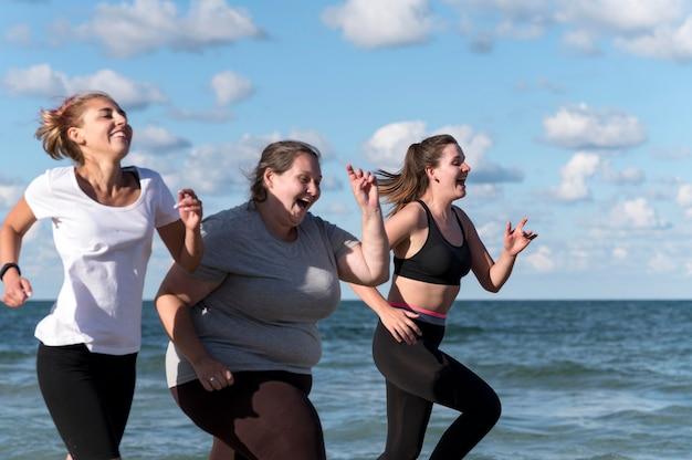 Mujeres corriendo juntas al aire libre