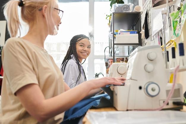 Mujeres cosiendo en taller