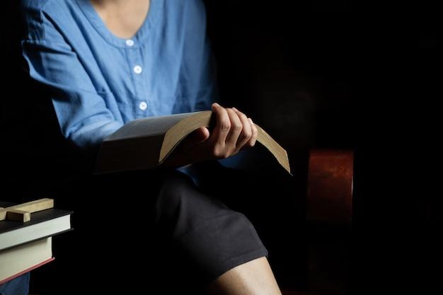 Las mujeres cristianas leen las escrituras en la casa