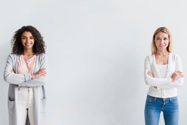 Mujeres de cuello blanco confidentes étnicas y rubias