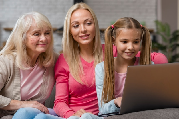 Mujeres curiosas y mirando en la computadora portátil