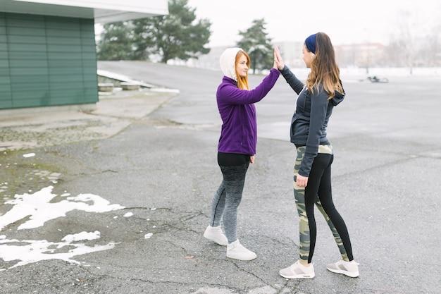 Mujeres dando chocantes durante el entrenamiento