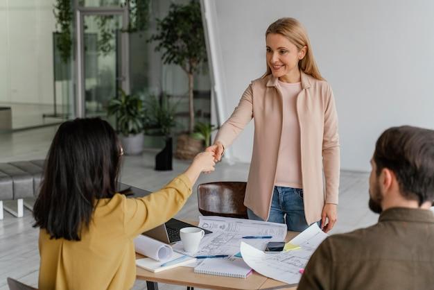 Mujeres dándose la mano en el trabajo