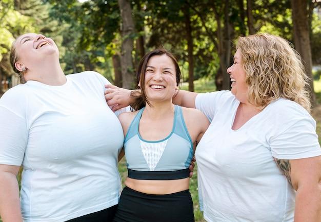 Las mujeres en el deporte usan risas tiro medio