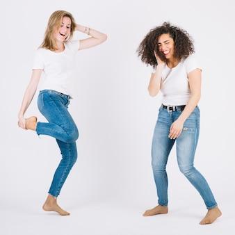 Mujeres descalzas bailando juntas