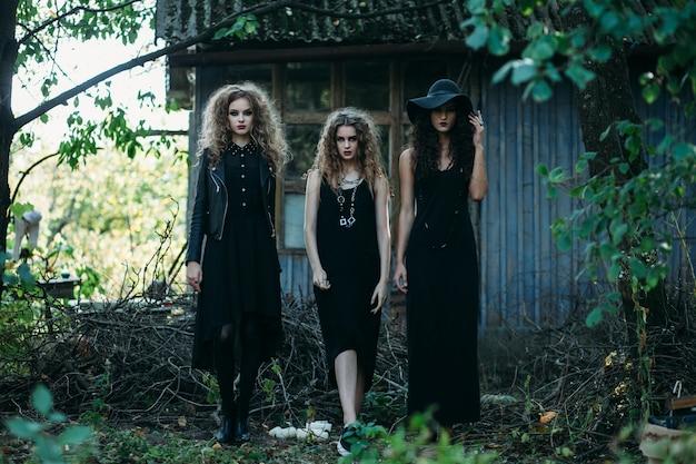 Mujeres disfrazadas de brujas en una casa abandonada