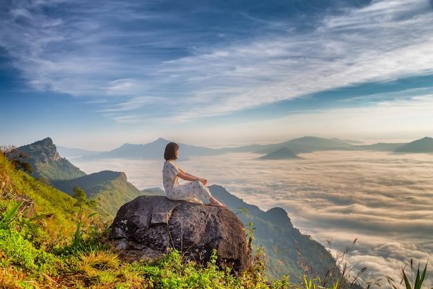 Las mujeres disfrutan del aire fresco y abrazan la naturaleza en la mañana en phu chi dao, tailandia