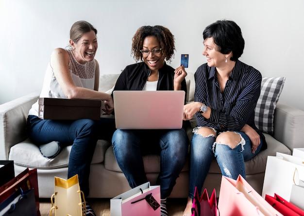 Las mujeres disfrutan comprando en línea