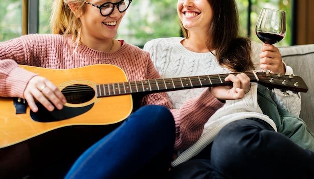 Mujeres disfrutando de la música juntos
