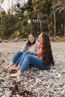 Mujeres disfrutando el tiempo en la playa