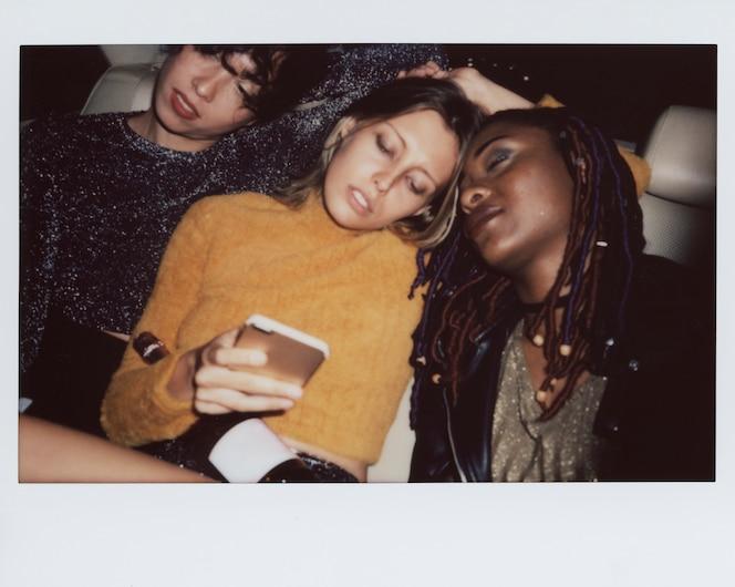 Mujeres diversas en el asiento trasero de un taxi