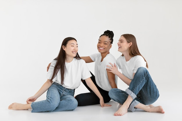Mujeres diversas felices posando tiro completo