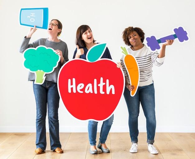 Mujeres diversas con iconos de salud.