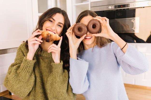Mujeres divertidas con pastelería