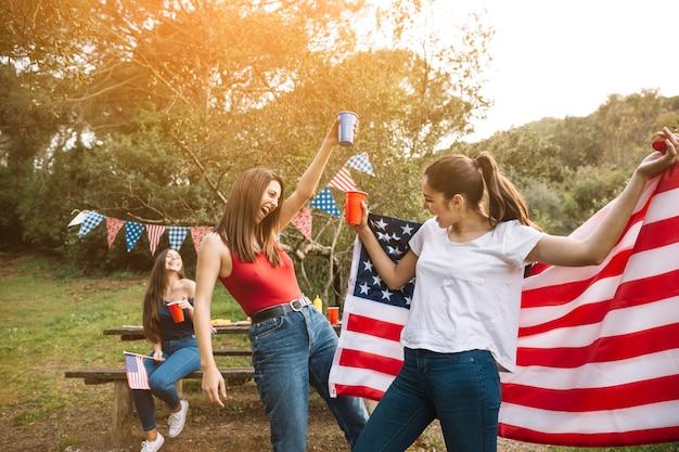 Mujeres divirtiéndose al aire libre
