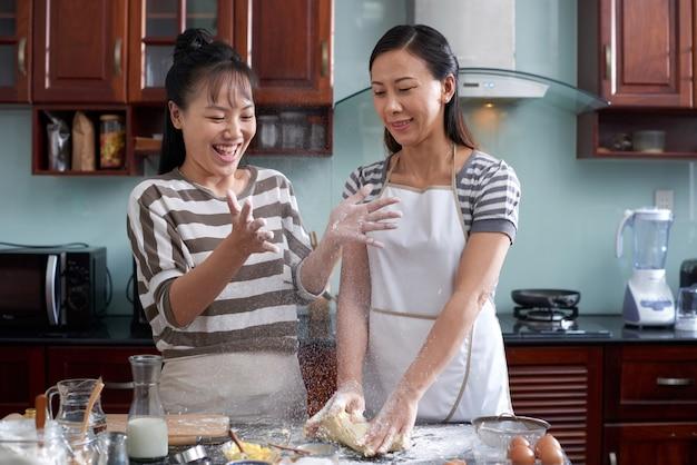Mujeres divirtiéndose en la cocina