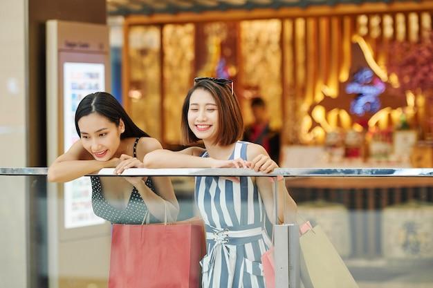 Mujeres divirtiéndose durante las compras