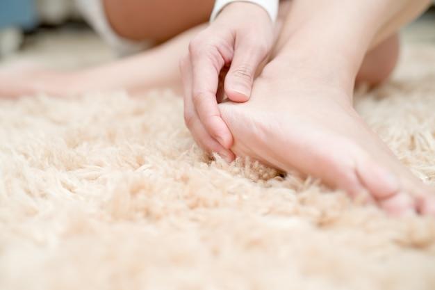 Las mujeres del dolor del tobillo del pie del talón tocan su concepto doloroso, de la asistencia sanitaria y de la medicina del pie