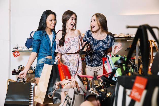Mujeres emocionadas en la tienda
