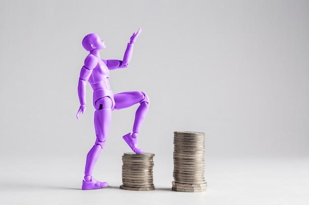 Mujeres empoderadas que intensifican el concepto de escalera de ingresos. figurita femenina púrpura clilmbing sobre montones de monedas.