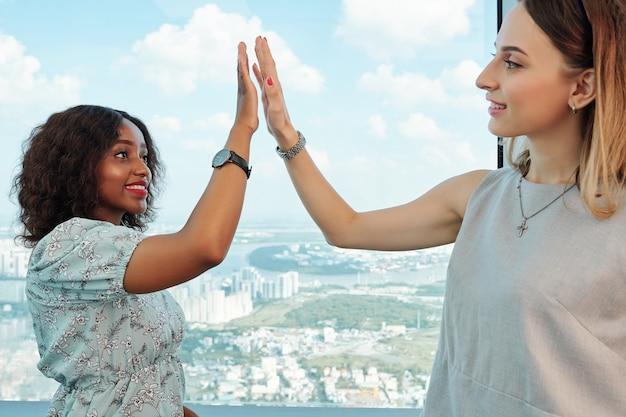 Mujeres empresarias dándose cinco