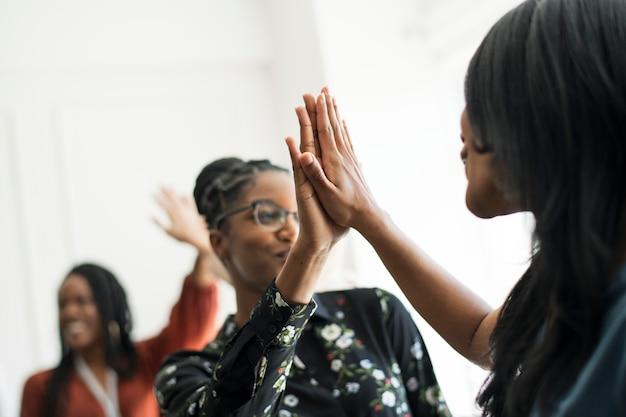 Mujeres empresarias dándose un máximo de cinco