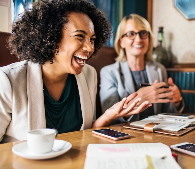 Mujeres empresarias discutiendo y divirtiéndose