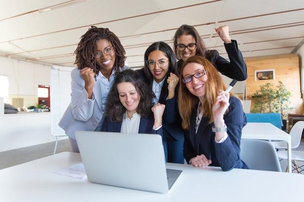 Mujeres empresarias felices celebrando el éxito