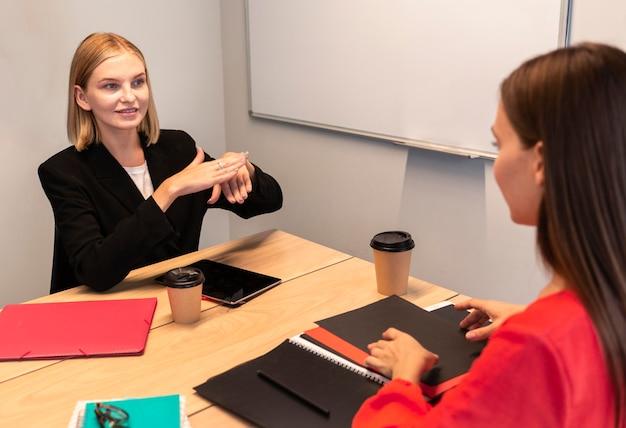 Mujeres empresarias con lenguaje de señas
