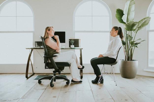 Mujeres empresarias que tienen una reunión en la oficina
