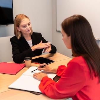 Mujeres empresarias que utilizan el lenguaje de señas para comunicarse