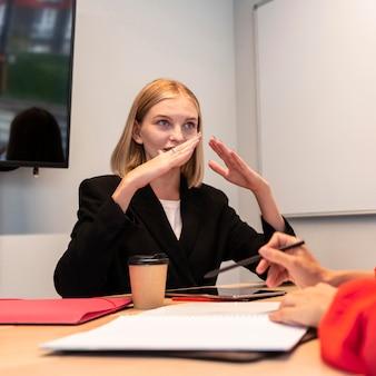 Mujeres empresarias que utilizan el lenguaje de señas para hablar entre sí