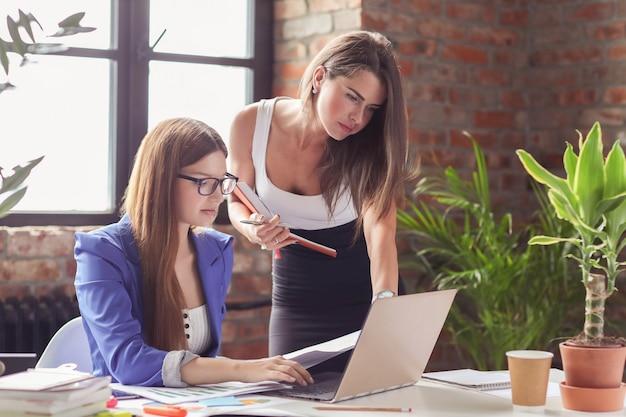 Mujeres empresarias en una reunión en la oficina