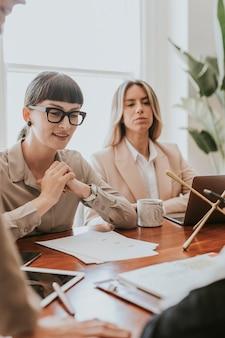 Mujeres empresarias en una reunión de oficina