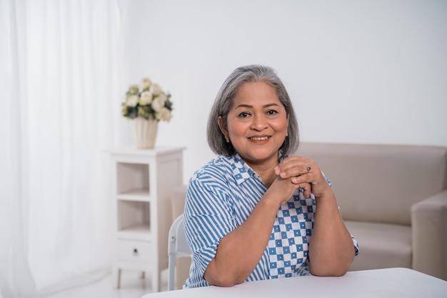 Mujeres empresarias seguras sonriendo