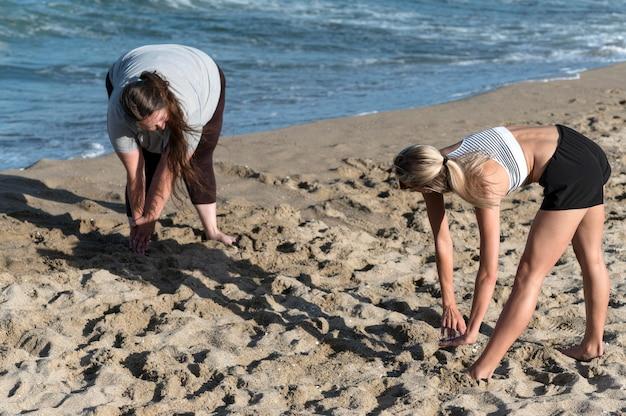 Mujeres entrenando juntas afuera