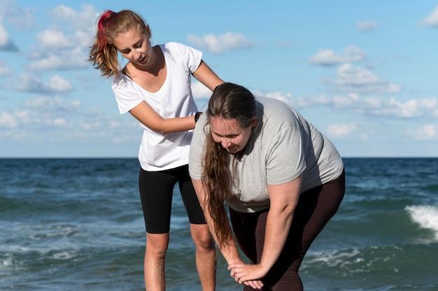 Mujeres entrenando juntos tiro medio