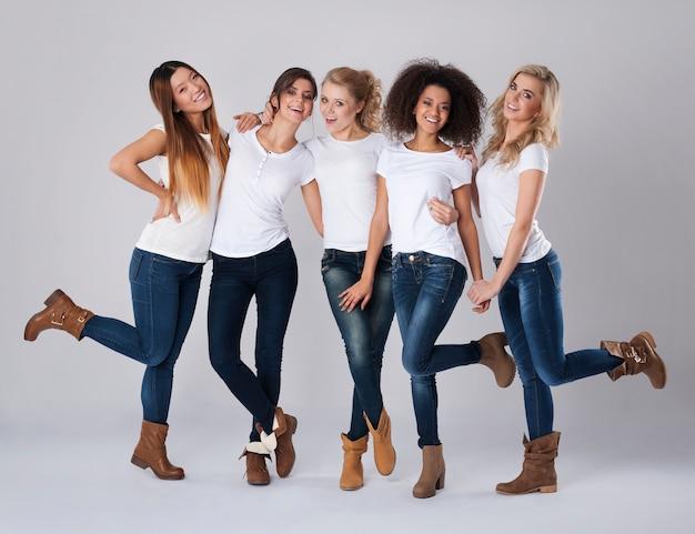 Estas mujeres están felices por su feminidad.