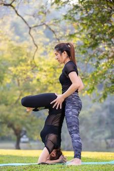 Las mujeres están jugando yoga en el gimnasio. el ejercicio