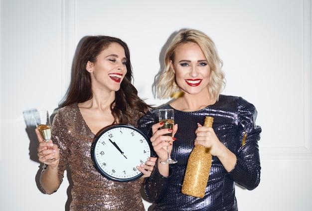 Las mujeres están llenas de anticipación por el año nuevo.