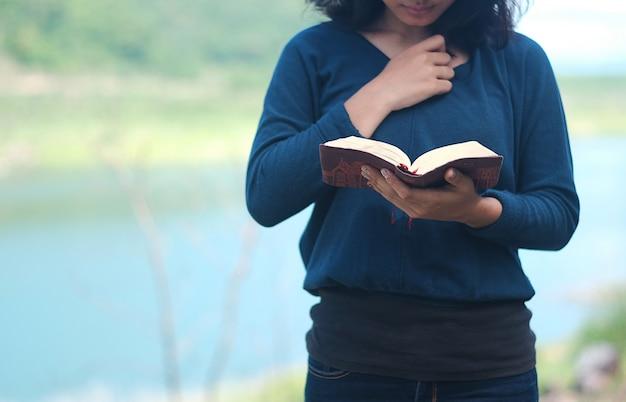 Las mujeres están orando a dios.