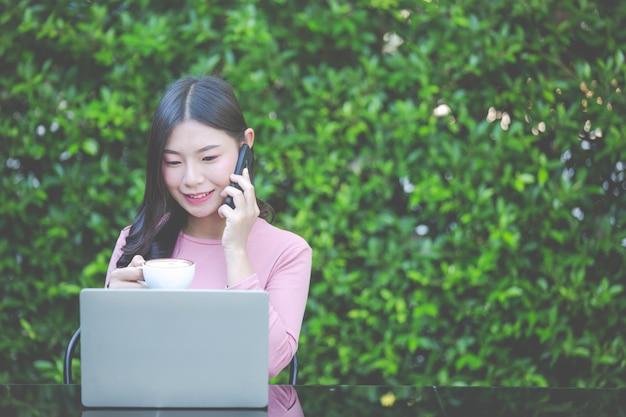 Las mujeres están vendiendo productos a través de las redes sociales.
