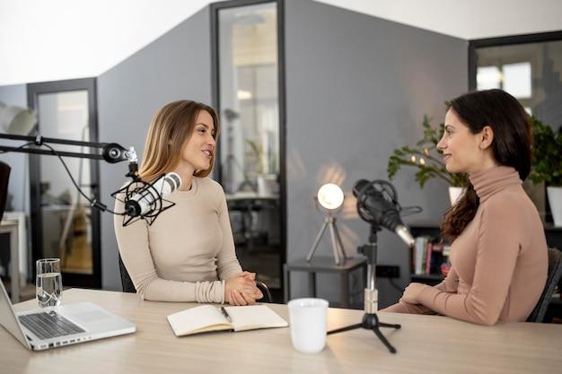 Mujeres en el estudio durante un programa de radio.